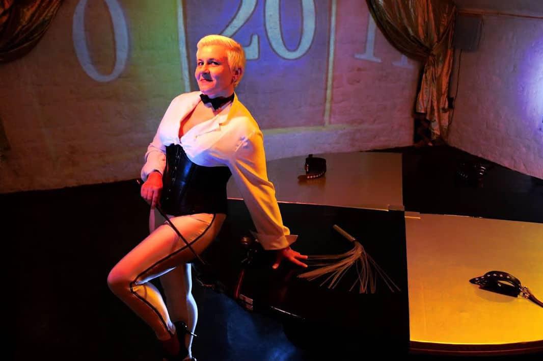 Maîtresse Cindy dans sa scénographie La roue de l'infortune