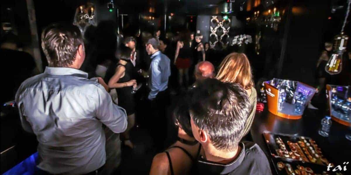Dans ce club libertin, le DJ offre une musique agréable propice aux rapprochements physiques